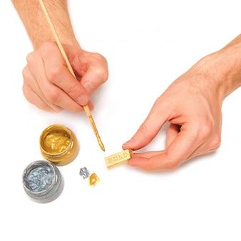 男は金の延べ棒を作る