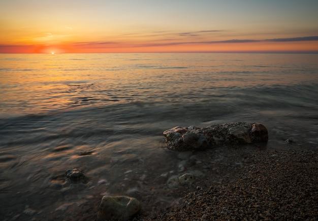 Красивый закат над океаном. восход солнца на море