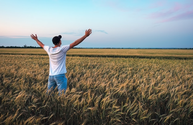 麦畑の農家。