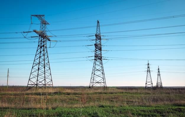シルエット高電圧電気タワー。高電圧送電線。配電所