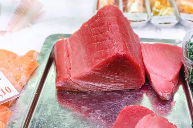 Сырое филе тунца на рыбном рынке. кето питание и концепция здорового питания.