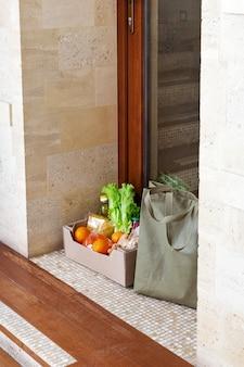 Доставка еды или ящик для пожертвований во время скрытого карантина. бесконтактная социальная доставка на дом безопасных покупок при пандемии коронавируса.