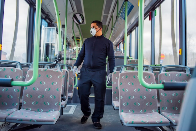 Водитель автобуса один в пустом автобусе из-за коронавируса