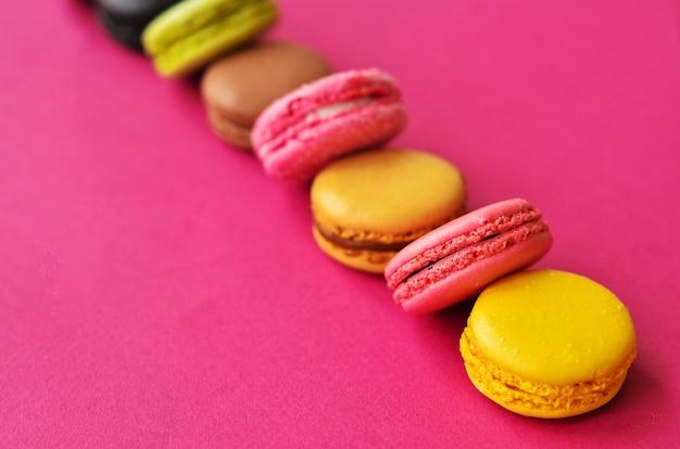 Миндальное печенье на розовом с местом под текстом