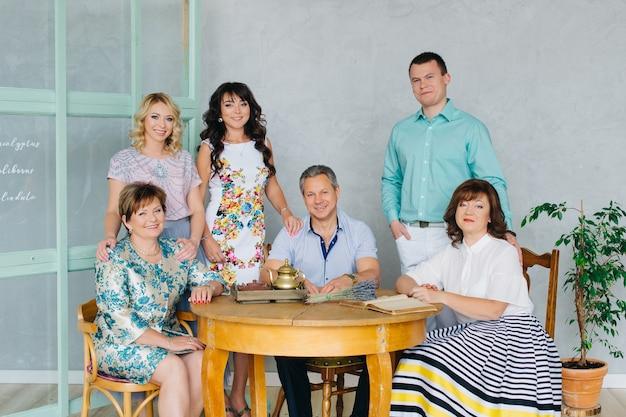 高齢者の両親がいる大家族、大勢の人が一緒にテーブルに集まりました。ランチ、家族との夕食、休日。