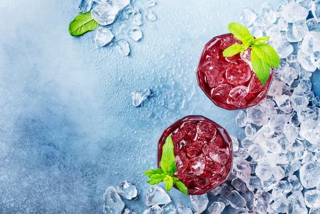 Красный коктейль со льдом и мятой