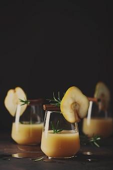 Здоровый безалкогольный напиток с грушами