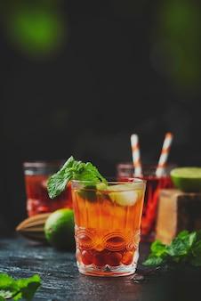 Красный свежий коктейль со льдом и лаймом