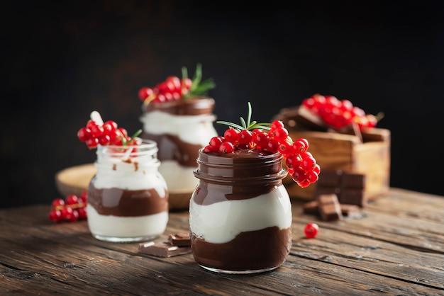 Десерт с кремом из белого и темного шоколада