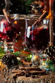 伝統的な冬のグリューワインとクリスマスの飾り
