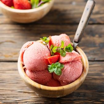 Летнее мороженое с клубникой и мятой