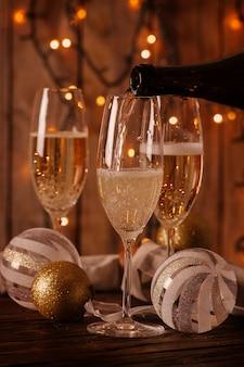 Бокалы шампанского на новогоднем фоне