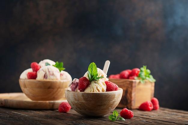 Летнее мороженое с малиной