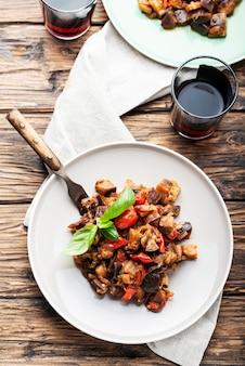 木製のテーブルに伝統的なシチリア茄子料理