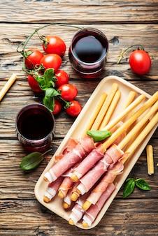Итальянский антипасто с брэд палками и свиной ветчиной