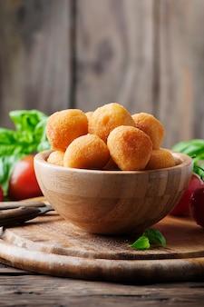 モッツァレラの伝統的なイタリアの揚げボール