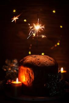 Типичный итальянский панеттоне и бенгальские огни