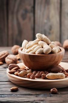 木製のテーブルに別のナッツのミックス