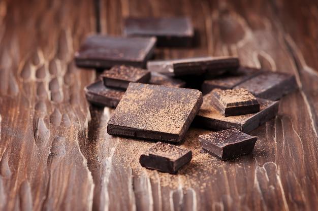 Темный шоколад на деревянном столе