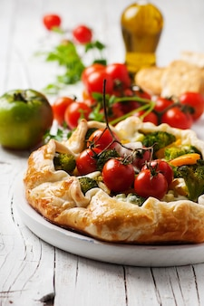 Вегетарианский пирог с брокколи, помидорами, перцем и сыром