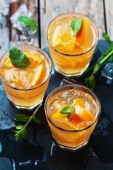 オレンジ、ミント、アイスのフレッシュカクテル
