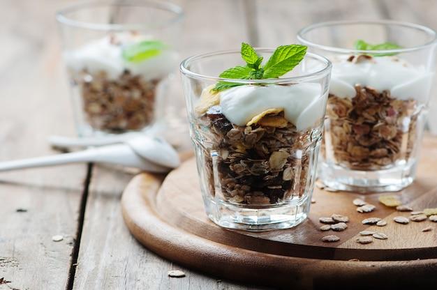 ミューズリーとヨーグルトの健康的な朝食