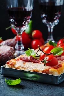 サラミとトマトのピザ