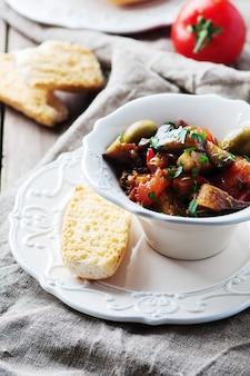 ナスとトマトの伝統的なシチリア料理カポナータ