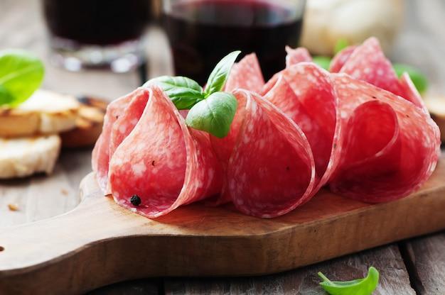 Вкусная салями с базиликом и вином