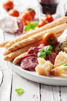 イタリアの前菜とチーズとソーセージ