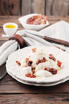 Традиционный итальянский антипасто с бурратами и сухими помидорами