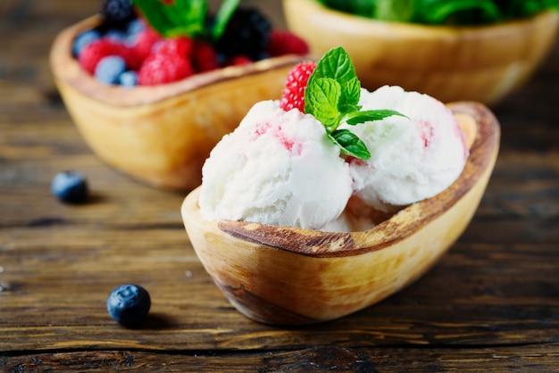 Свежее фруктовое мороженое с мятой на деревянном столе