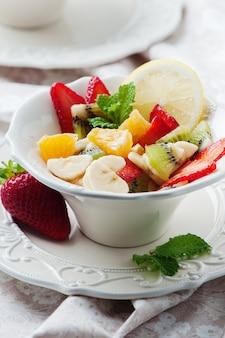 美しい白いボウルのフルーツサラダ