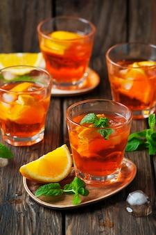 Стакан апероля со льдом, апельсином и мятой