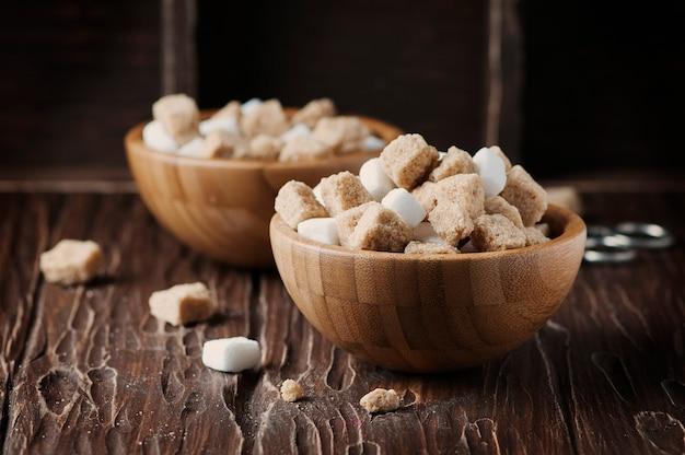 Белый и коричневый сахар на старинном столе