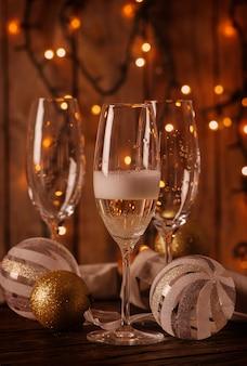 Бокалы с шампанским на рождественском столе