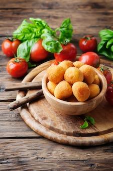 モッツァレラチーズの伝統的なイタリア風揚げボール