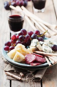 チーズ、ソーセージ、ブドウの前菜