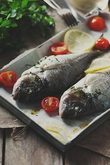 パセリ、トマト、レモン、セレクティブフォーカス、トーンのイメージで調理された魚