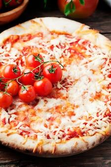 トマトとモッツァレラチーズのイタリアンピザマルゲリータ