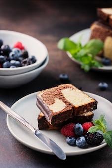 甘い大理石のプラムケーキ