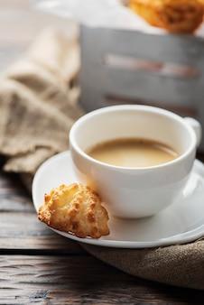 一杯のコーヒーとイタリアのココナッツクッキー
