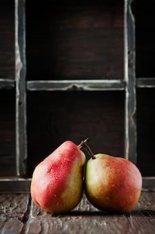 Красные сладкие груши на деревянном столе