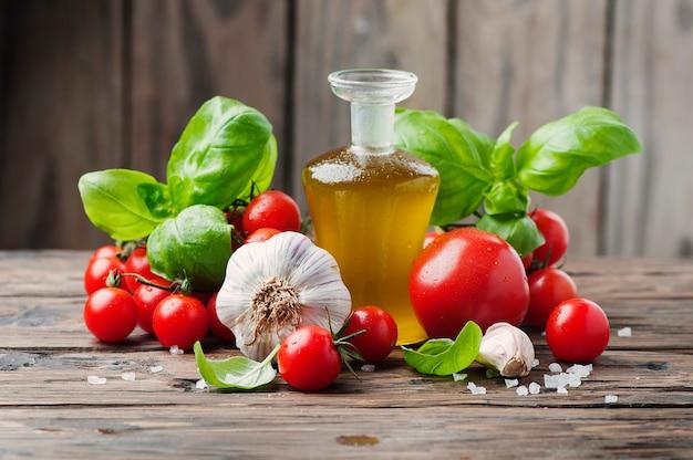Свежие помидоры, базилик и оливковое масло
