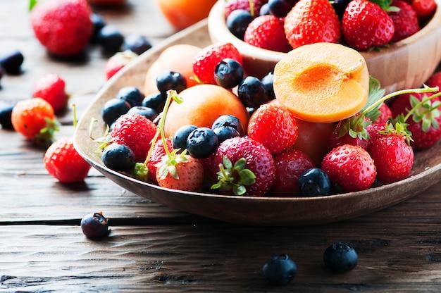 Концепция летнего здорового питания с клубникой, черникой и абрикосом