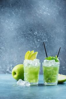 Зеленый коктейль со льдом и мятой