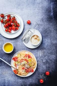 Традиционная итальянская паста с помидорами, цуккини и пармезаном