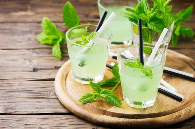 Зеленый сладкий алкогольный коктейль с мятой и льдом