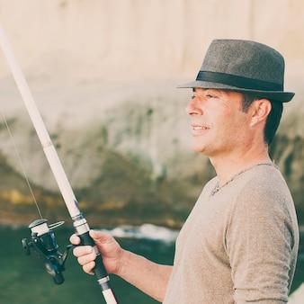 ハンサムな男が彼の休暇中に釣り