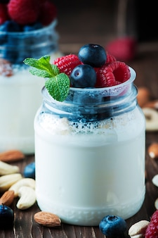 Здоровый йогурт с животом и орехами
